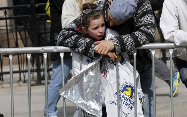 Criança chora após explosões atingirem maratona de Boston, nos EUA (15/04)