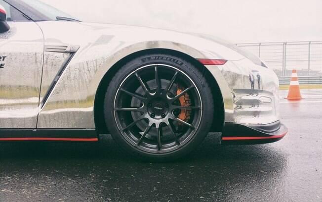 Michelin Pilot Sport 4S em um Nissan GT-R que aceleramos sob muita chuva no Autódromo Vello Cittá, no interior de SP