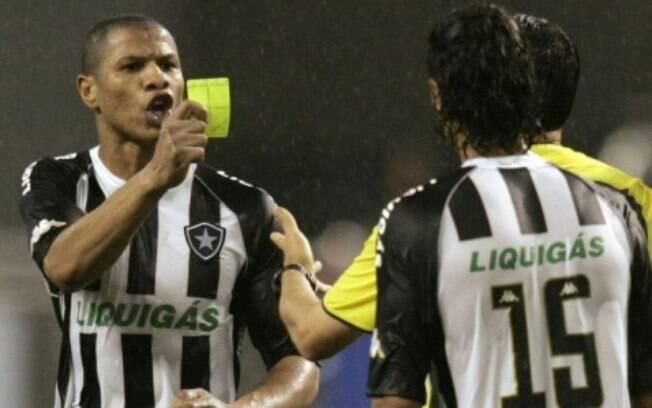 André Luis aplicando cartão ao árbitro