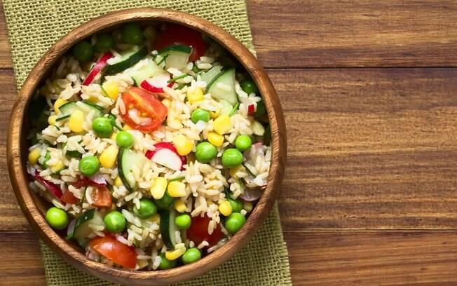 salada de arroz integral com frutas secas