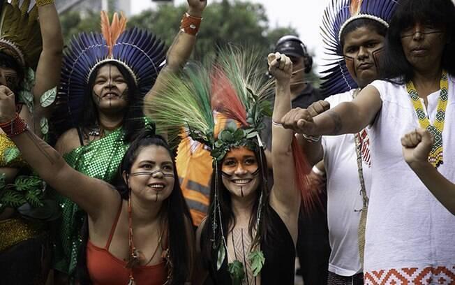 Alessandra posou ao lado de indígenas
