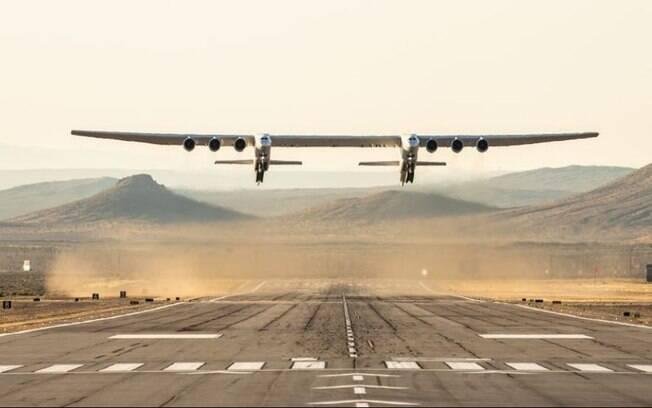 Maior avião do mundo voa pela primeira vez em na Califórnia