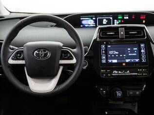 Interior do Prius tem mostradores de monitoram o nível de eficiência do sistema