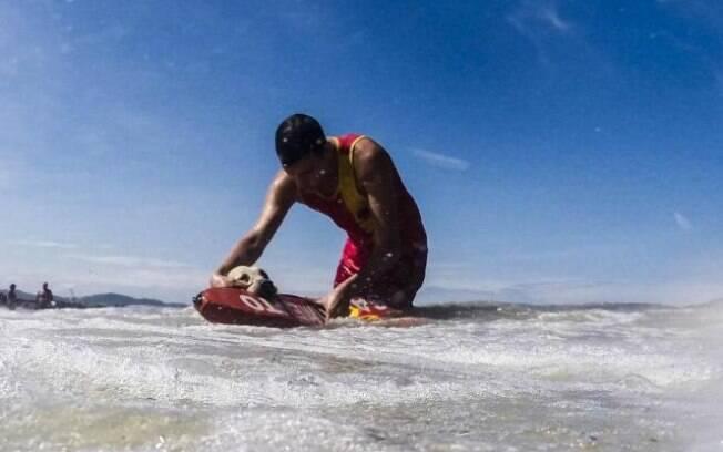 Ice é o primeiro cachorro a se tornar guarda-vidas no Brasil.
