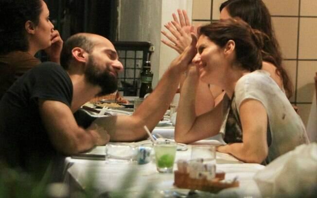 Débora Bloch troca carinhos e olhares com rapaz em restaurante carioca