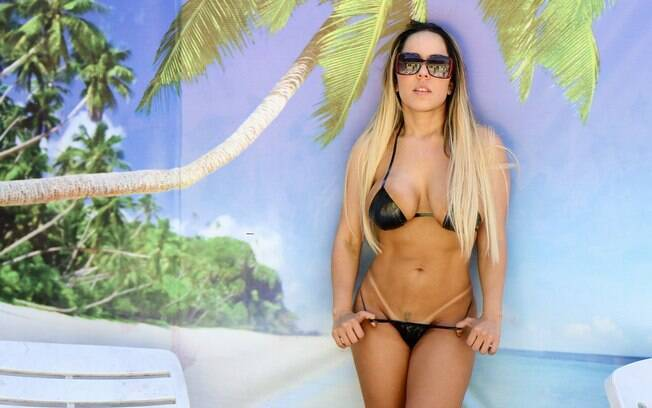 Mulher Melão colocou à tona seu lado sexy e garantiu marquinhas de biquíni durante sessão de Flash Bronze