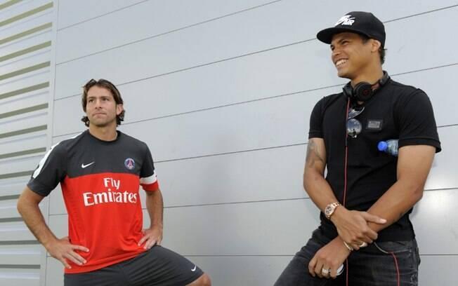 Thiago Silva conversa com o brasileiro  Maxwell, lateral-esquerdo do PSG
