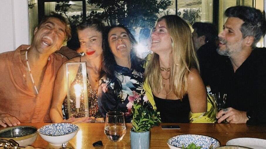 Grazi Massafera em Paris com os amigos Ricardo e Francisca Pereira, Giovanna Ewbank e Bruno Gagliasso