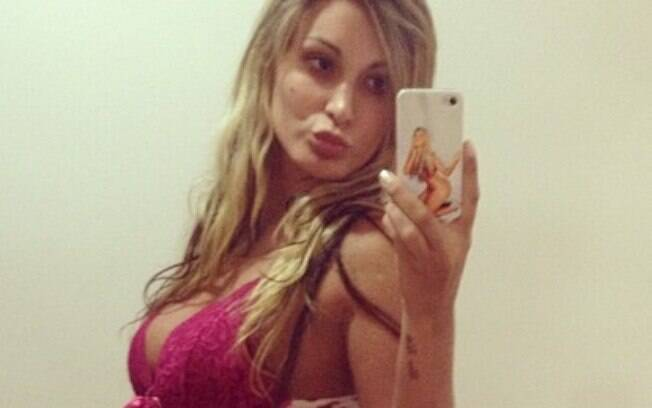 Andressa Urach, vice Miss Bumbum, comemora o  Natal