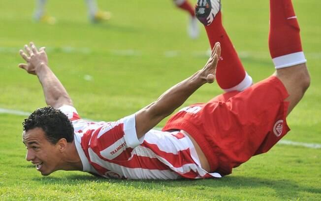 Leandro Damião comemora seu gol durante  partida contra o Santa Cruz-RS