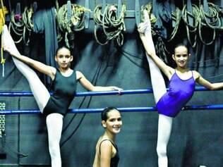 Bailarinas se aquecem antes da aula da Bolshoi Brasil