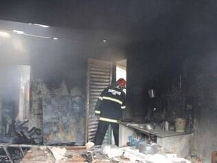 Casa ficou parcialmente destruída pelas chamas