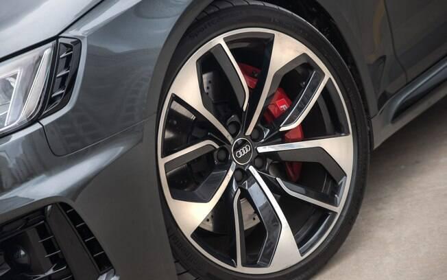 As rodas da Audi RS4 são se aro 20, montadas em pneus 235/30, de perfil baixo.  Repare na entrada de ar ao lado do farol