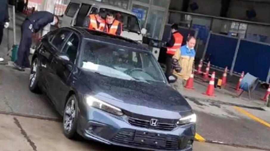 Honda Civic da 11ª geração na China, ao ar livre, antes da apresentação oficial no Salão de Xangai, entre 21 e 28 de abril