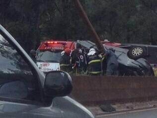 Carro ficou tão destruído que Bombeiros ainda não conseguiram identificar o modelo