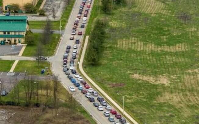 Longa fila de carros para receber comida nos arredores de Pittsburgh, EUA