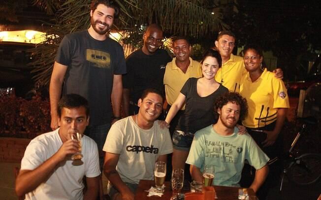Fernanda Vasconcellos e Thiago Lacerda posam juntos com os garçons do bar