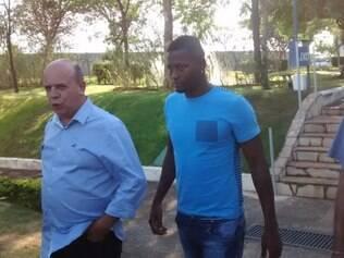 Riascos caminha na Toca da Raposa II acompanhado por Valdir Barbosa, gerente de futebol, e Benecy Queiroz, superintendente celeste