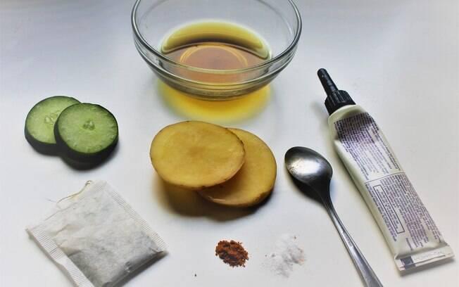Na falta de pepino, outras soluções para a bolsa nos olhos são batata, chás, colher e até pomada para hemorroidas