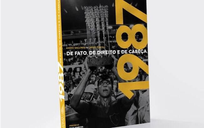 Zagueiro Estevam ergue a Taça das Bolinhas após o título do Sport na Ilha do Retiro, com 1 a 0 sobre o Guarani