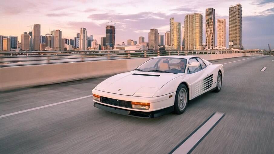 Ferrari Testarossa usada nas filmagens marca apenas 9.977 km no hodômetro com apenas retrovisor do lado esquerdo