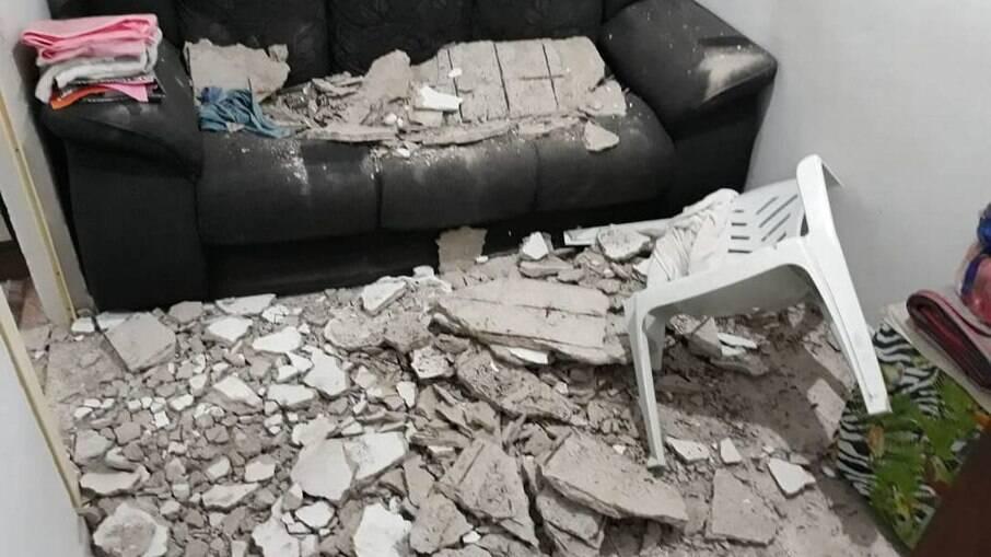 Parte do teto da sala que caiu em apartamento de Rio das Pedras: prédio foi interditado