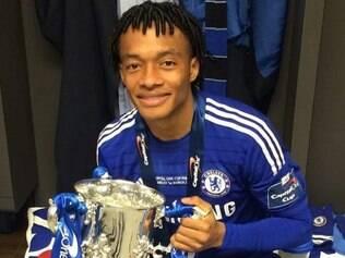 Cuadrado está no Chelsea há pouco tempo e já ganhou seu primeiro título, o da Copa da Liga