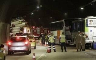 Acidente entre dois ônibus e cinco carros deixa 51 feridos em túnel no Rio
