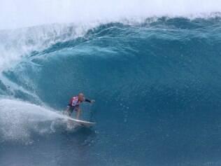 USA - SURFE/CIRCUITO MUNDIAL/KELLY SLATER - ESPORTES - O surfista norte-americano Kelly Slater durante sua bateria de repescagem no segundo dia   de competição do Billabong Pipe Masters, última etapa do Circuito Mundial de Surfe (WCT),   na praia de Pipeline, na Ilha de Oahu, no Havaí, EUA, neste sábado.   13/12/2014 - Foto: MÁRCIO FERNANDES/ESTADÃO CONTEÚDO