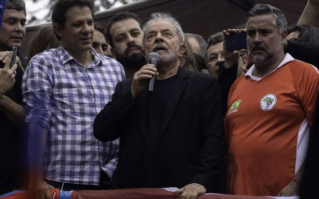 Lula discursa ao lado de pol?ticos de esquerda ap?s deixar a pris?o