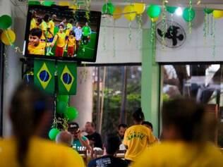 Torcedores assistem ao jogo Brasil e Alemanha em uma churrascara na beira da Estrada