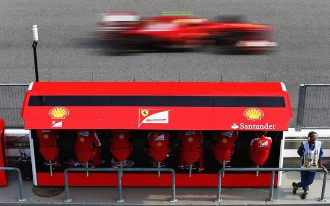 Carro de Felipe Massa passa em frente os  companheiros da Ferrari em Sepang