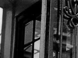 Exterior.Murilo Mendes durante viagem a Paris, em 1955. Dois anos depois ele se fixaria em Roma, na Itália