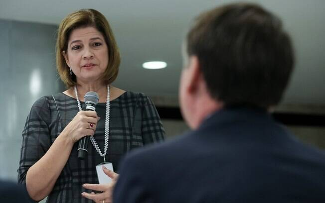 Repórter da Globo Delis Ortiz participou de café da manhã com Bolsonaro e o  presenteou com uma Bíblia