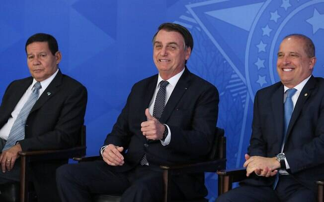 General Hamilton Mourão, Jair Bolsonaro e Onyx Lorenzoni em cerimônia no Planalto