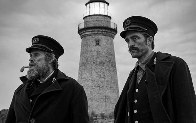 Willem Dafoe e Robert Pattinson em cena de The Lighthouse