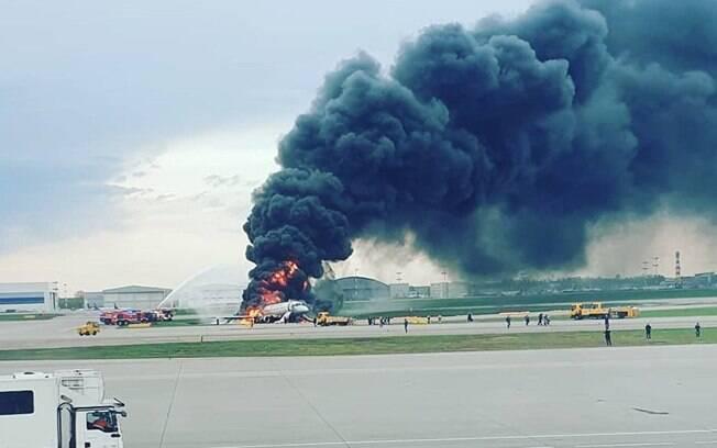 Serviços de emergência tentam conter o fogo que atingiu avião com 78 pessoas em Moscou