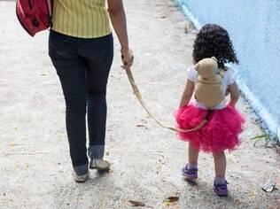Brane usa o acessório para passear com a filha Melissa, de dois anos e meio