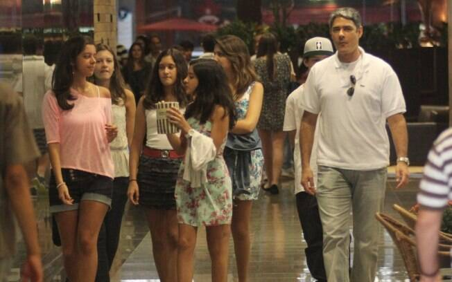 William Bonner e Fátima Bernardes levam filhos e amigos deles para passear no shopping