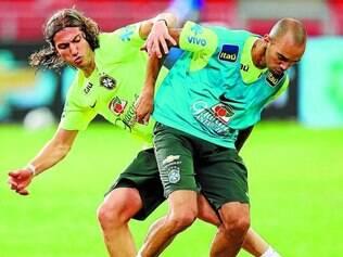 Titulares. Lateral Filipe Luís divide a bola com o atacante Diego Tardelli, no treino no estádio ontem
