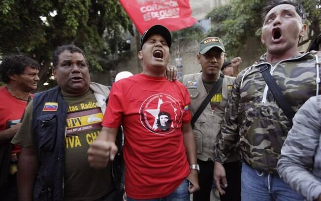 Venezuelanos cantam após o anúncio da morte de Chávez (05/03)