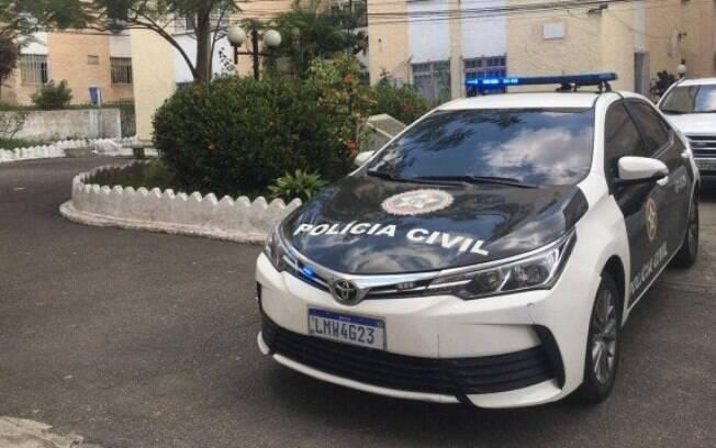 Policiais civis foram até o condomínio na Praça Seca, Zona Oeste do Rio