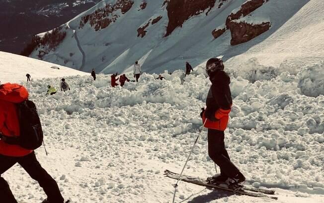 Equipes de resgate procuram desaparecidos após avalanche em pista de esqui