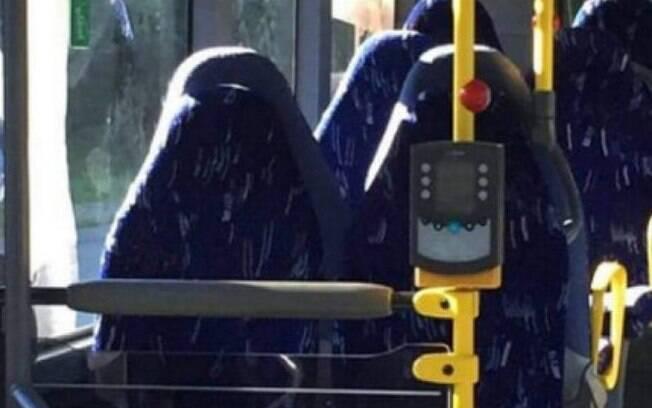 Um grupo racista confundiu uma foto com bancos de ônibus vazios com mulheres vestindo burcas