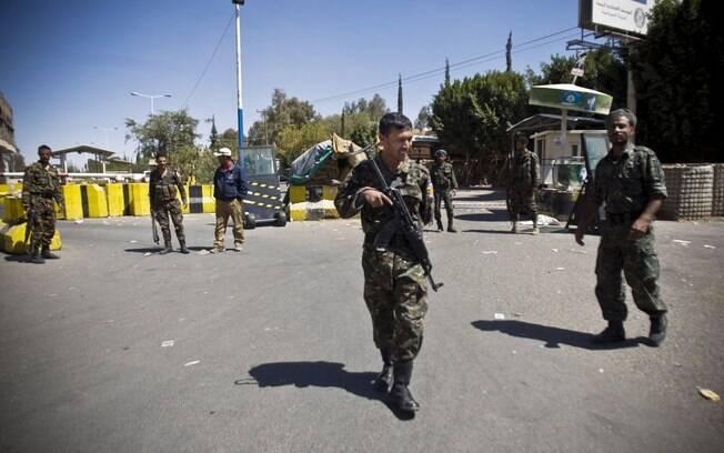 Policiais montam guarda na entrada da Embaixada dos EUA em Sanaa, Iêmen (11/02)