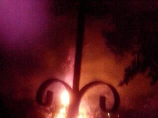Moradora registra da janela de casa fogo que consumiu vegetação em Igarapé