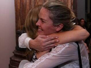 Letícia Birkheuer fez questão de tietar Maitê Proença em estreia peça, em São Paulo