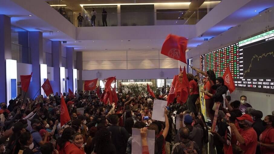 Manifestantes protestaram contra preços e lucros de empresas listadas da Bolsa de Valores
