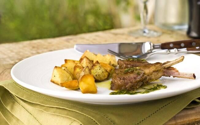 Foto da receita Carré de cordeiro com molho de hortelã e batatas assadas pronta.