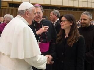 Papa cumprimenta mulher que teve rosto desfigurado por ataque do ex-namorado